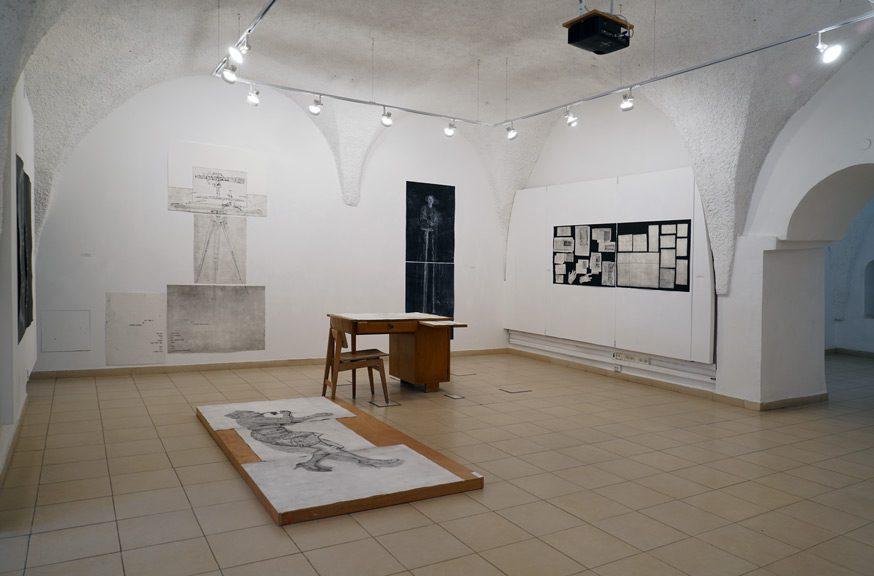 """עבודות של מאיה ז""""ק בתערוכה """"תחת מכבש ההיסטוריה"""" (2016); תצלום: שלמה סרי"""