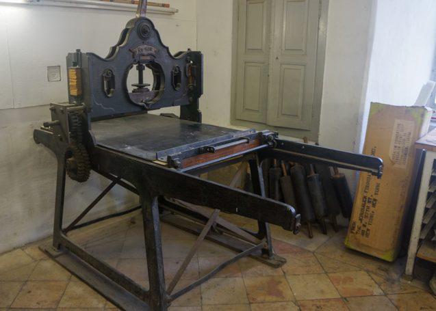 """מכבש לדפוס-אבן מתוצרת רופסבולט, ברלין / גרפיקה, בודפשט; שטח הדפסה: רוחב 78 ס""""מ, אורך 98 ס""""מ"""