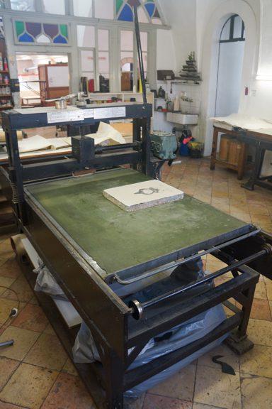"""מכבש לדפוס-אבן מתוצרת צ'ארלס ברנד, ניו יורק; שטח הדפסה: רוחב 90 ס""""מ, אורך 132 ס""""מ"""
