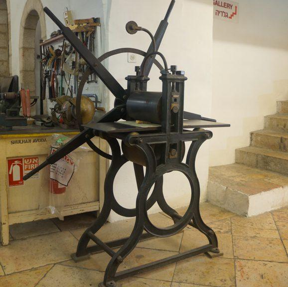 """מכבש לתחריט מתוצרת האגס אנד קימבר, לונדון (1800 בקירוב); שטח הדפסה: רוחב 33 ס""""מ, אורך 83 ס""""מ; המכבש שימש בעבר את האמן יעקב איזנברג (1897- 1966)."""