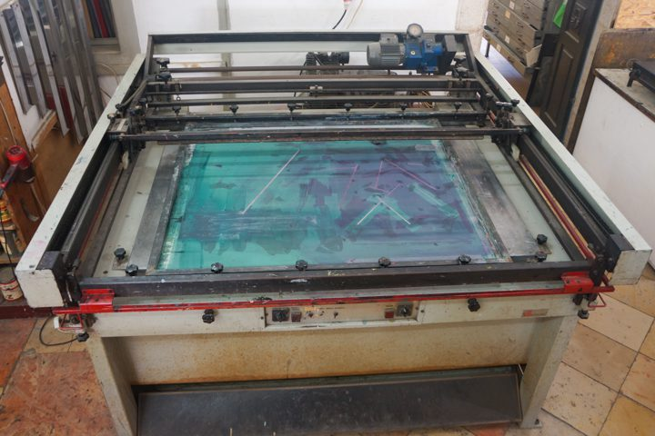 """מכבש חצי אוטומטי לדפוס-רשת; גודל שטח הדפסה: רוחב 80 ס""""מ, אורך 120 ס""""מ"""