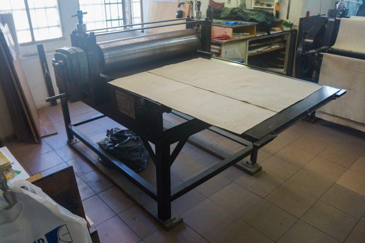 """מכבש ידני לתחריט מתוצרת צארלס ברנד, ניו-יורק; גודל שטח הדפסה: רוחב 82 ס""""מ, אורך 127 ס""""מ"""