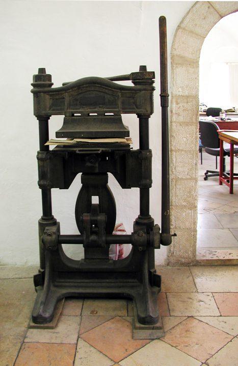 """מכבש לכורכים מתוצרת גרמניה (1894 בקירוב); רוחב 32 ס""""מ, אורך 43.5 ס""""מ"""
